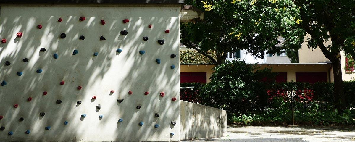 Spielplatz-Grenzacherweg,-Kletterwand_weit